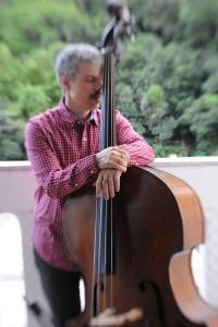 Bruno Migliari - abraço no baixo